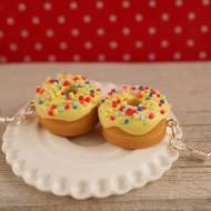 Žluté donuty s barevným posypem