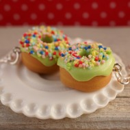 Zelené donuty s barevným posypem