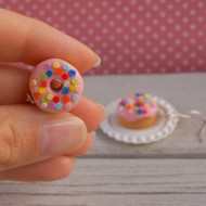 Růžové puntíkované donuty