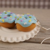 Modré donuty s barevným sypáním