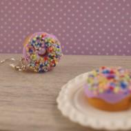 Fialové donuty s barevným posypem
