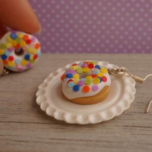 Bílé puntíkované donuty