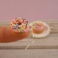 Růžové donuty s barevným posypem
