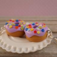 Fialové puntíkované donuty