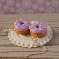 Fialové donuty s barevným sypáním