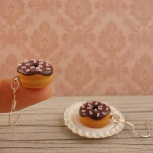 Čoko donuty s jahodovým posypem