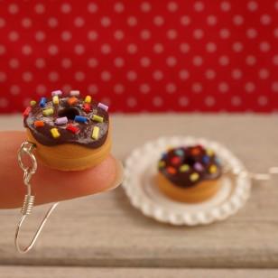 Čokoládové barevné donuty